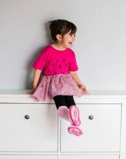 Camiseta infantil de algodón orgánico Lluvia color fucsia