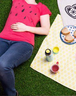 Camiseta roja de chica Lluvia, serigrafiada a mano